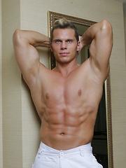 Bodybuilder Casper Van Dean gets naked and jerks off