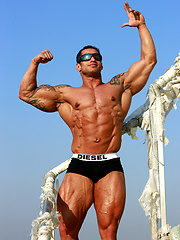 Muscle hunk Samuel Vieira pictures