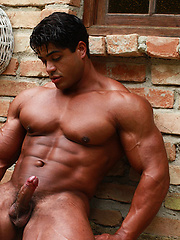 Solid and ripped muscle demonstration from Brutus di Fino