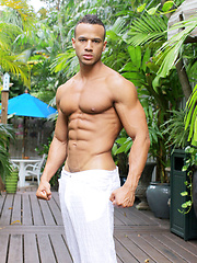 Outdoor muscle show from sexy stud Kevin Collins